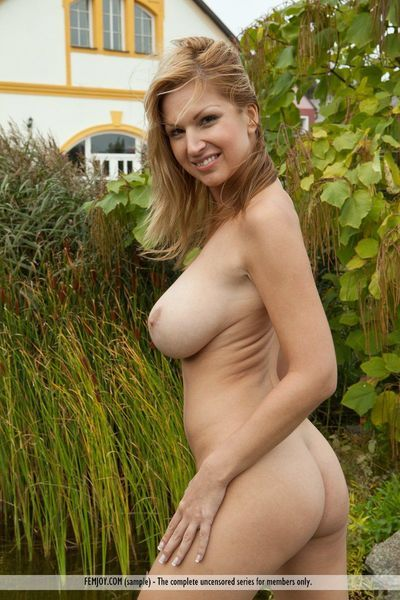The busty milf Carol Goldnerova is shaking boobs and stretching the holes in the yard