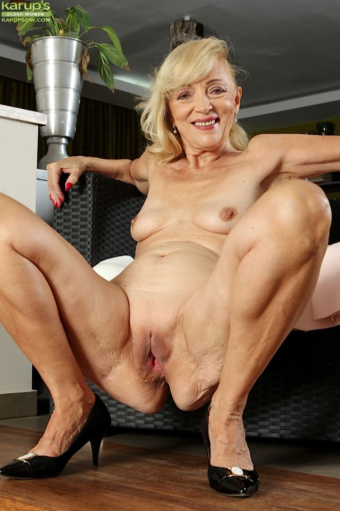 2 older white bitches enjoying black dicks 7