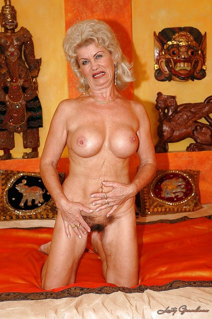 Dubbele penetratie voor oma met harig kutje