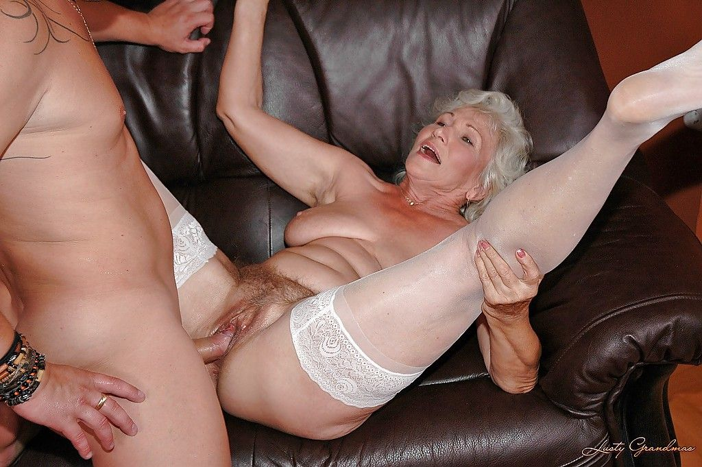 Пожилая целлюлитная с большими грудями и молодой порно фото порно