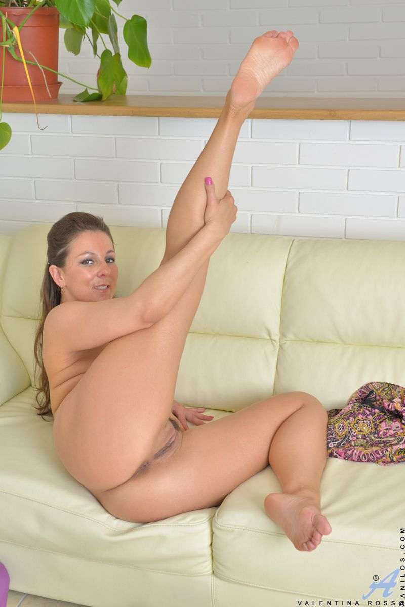 Curiously Sexy mom hot pussy