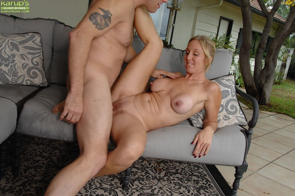 Busty cougar gives vip treatment - 3 6