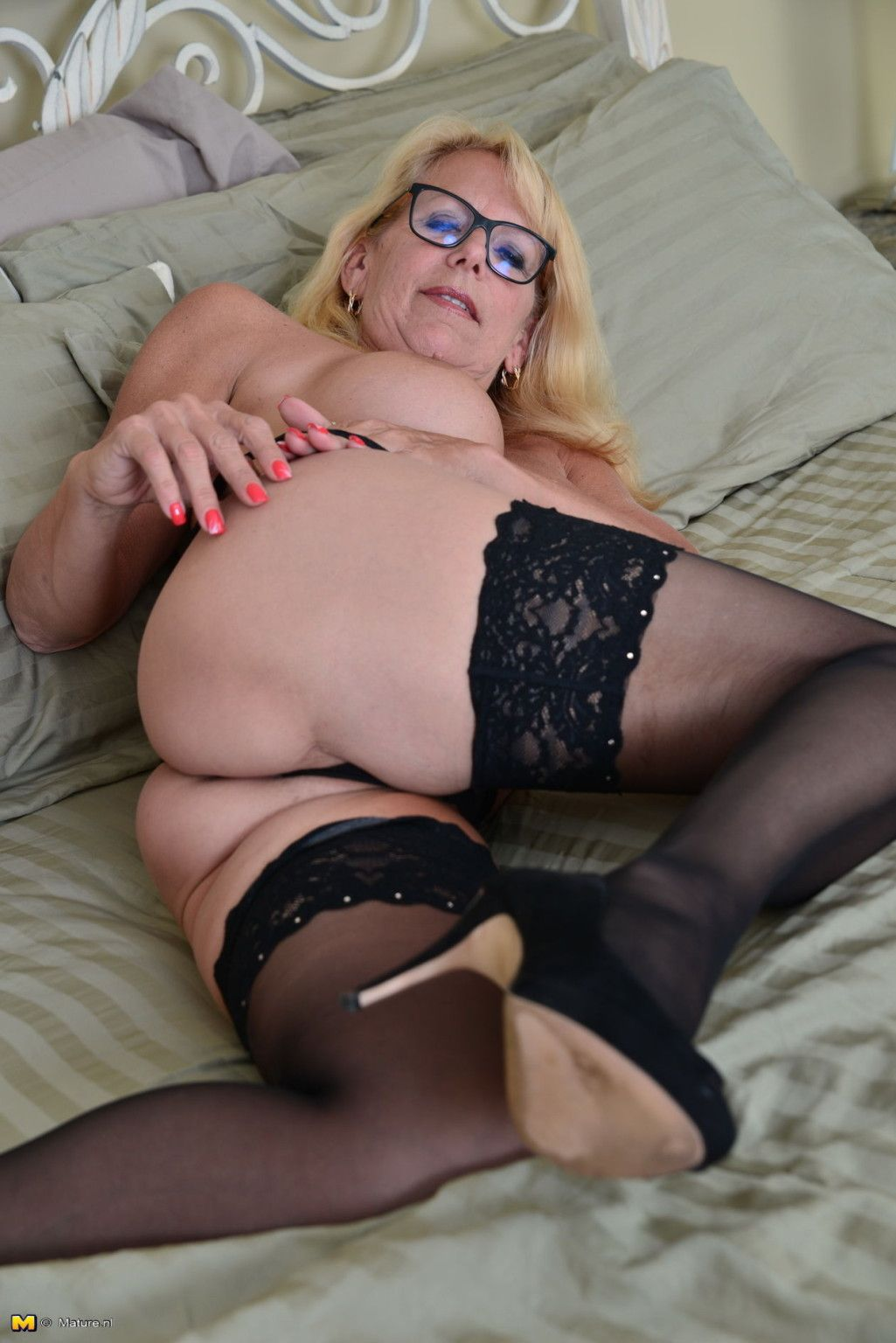 Blonde canadian housewife grinding on her couch at Mature ...