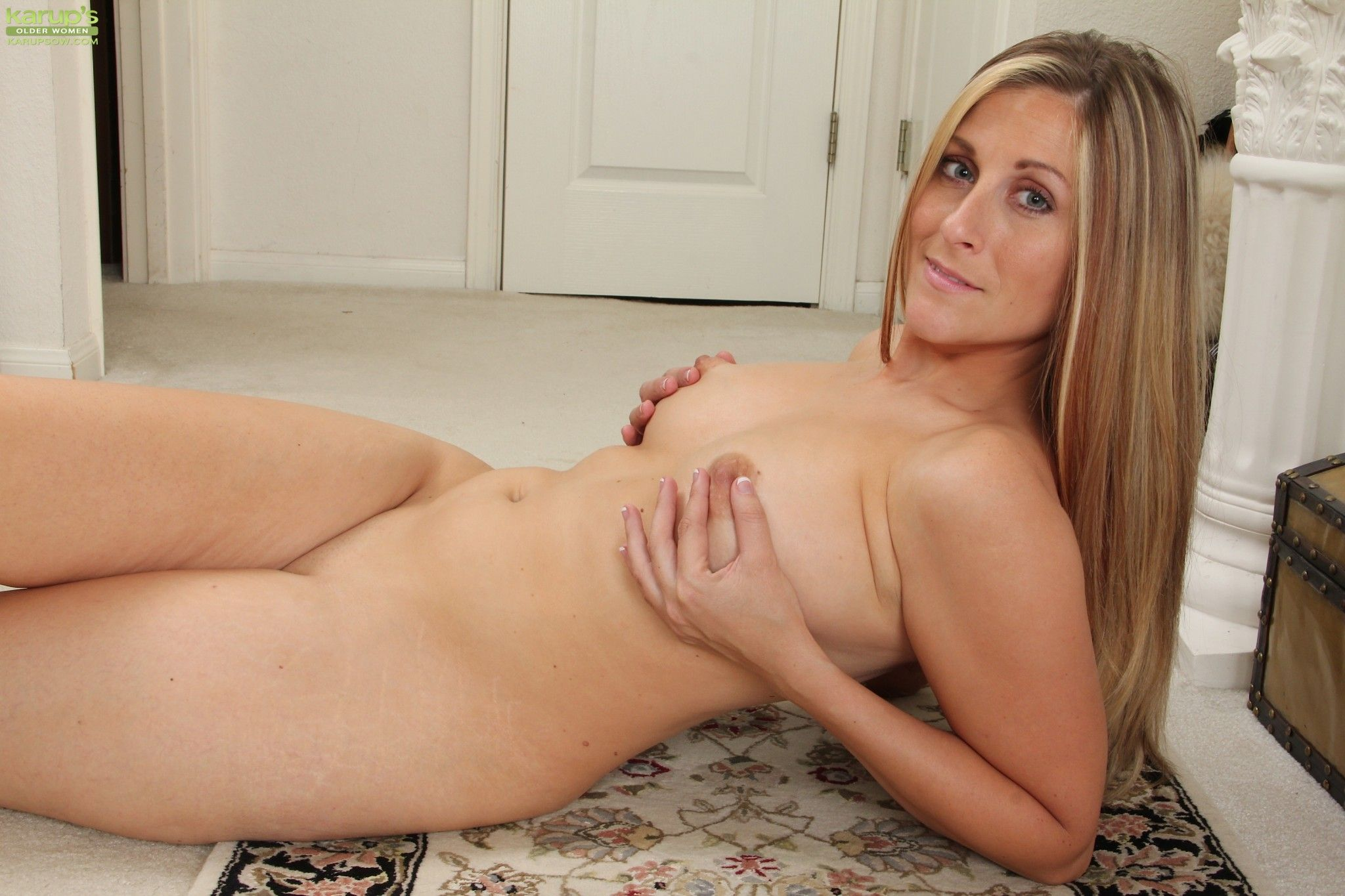 image Busty mature rubbing her hairy pussy