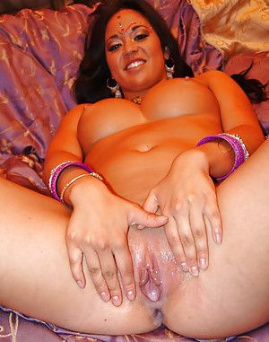 Chunky boobed Indian drips cums from vagina after MMMF groupsex
