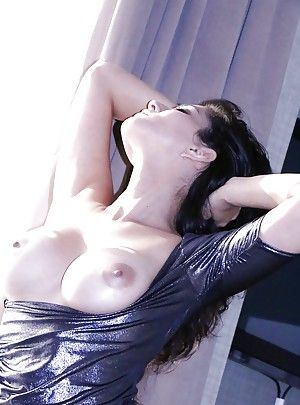 Indian pornstar Sunny Leone shows elsewhere their way undevious big tits