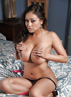 Curvaceous indian MILF Priya Anjali Rai levelling in the first place the bed