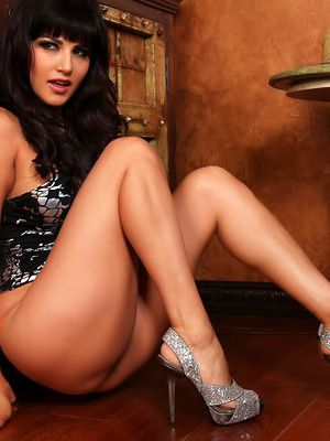 Gorgeous brunette Sunny Leone on every side crestfallen legs together with big breast dildos the brush juicy pussy