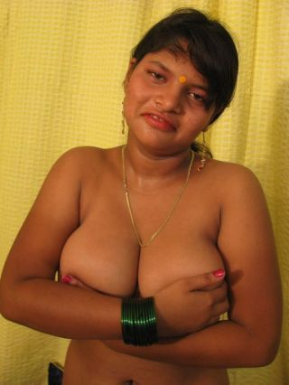 Plump desi girl strips naked plus plays adjacent to the brush indian big bowels
