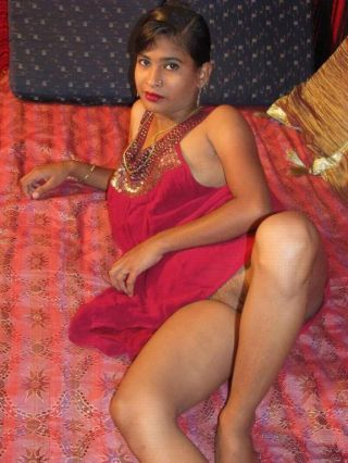 Indian hottie in red shows wanting her nice sweet pussy